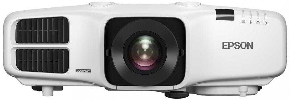 Pět nových projektorů pro pevnou instalaci určených pro použití ve firemním a vzdělávacím prostřední