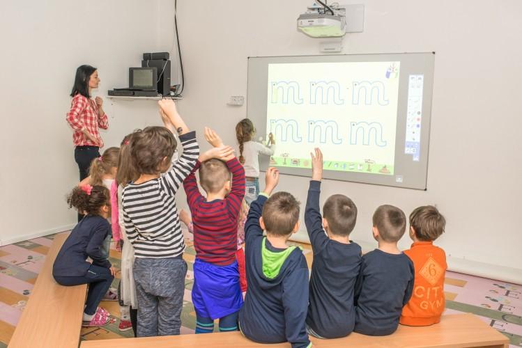 Škôlka Vilka vzdeláva deti interaktívnym projektorom Epson
