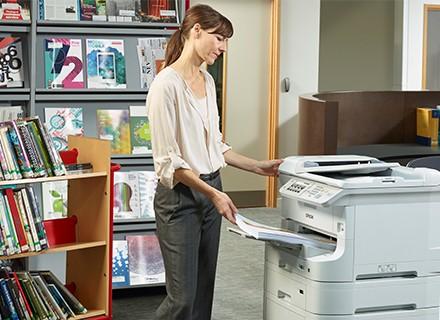Bildschirmmüdigkeit – oder: Warum Angestellte noch immer zum bedruckten Papier tendieren.