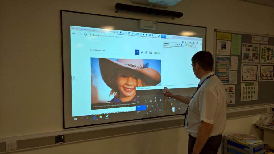 A Caldicot aumenta a interatividade na sala de aula e elimina o equipamento poeirento