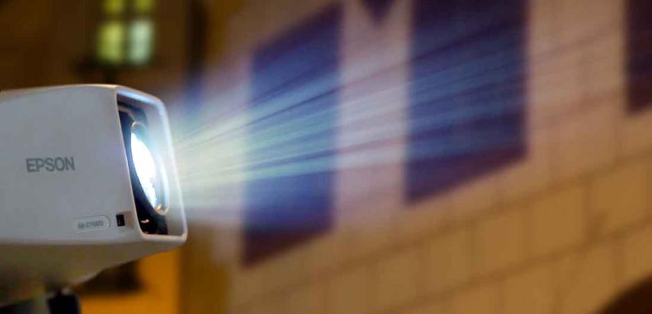 Projektor EB-Z11000 zkrášluje fasádu Domu Maríny