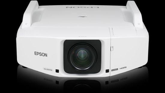 Wakacyjne kino pod gwiazdami z projektorem Epson