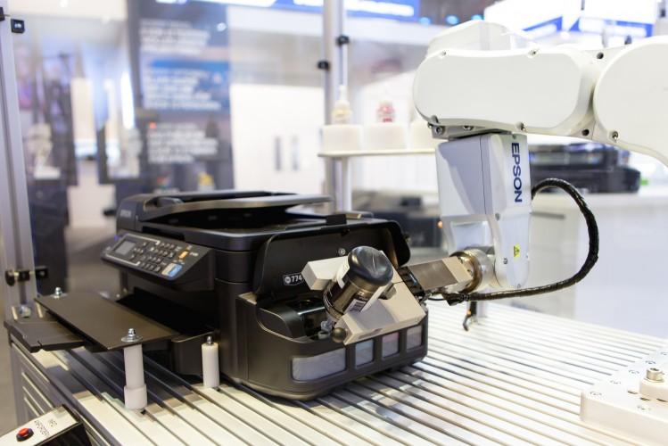 IFA 2015: Roboter demonstriert neues Druckkonzept von Epson