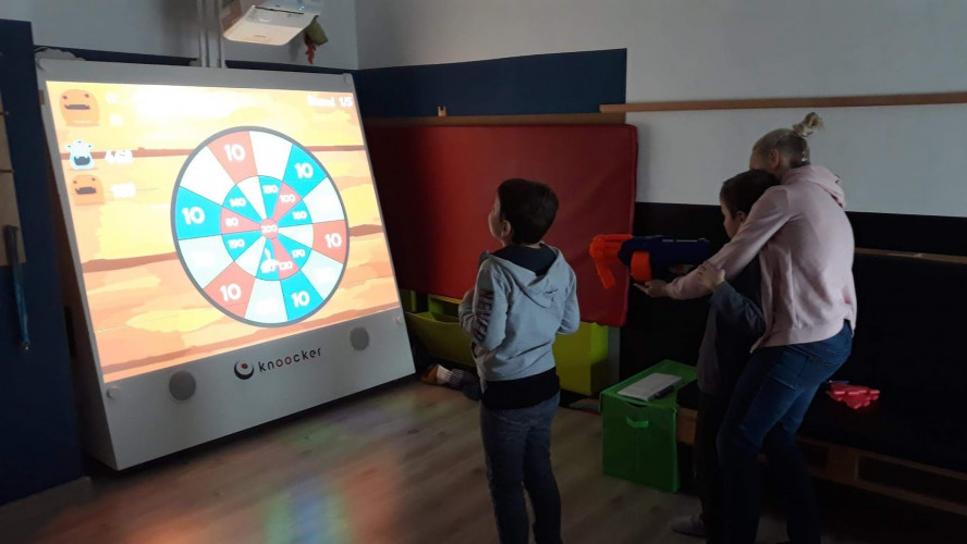 A Knoocker utiliza projetores Epson para criar paredes interativas