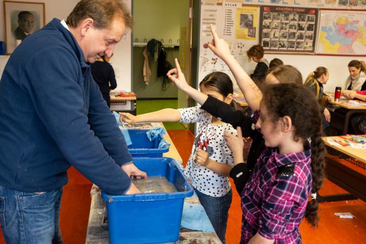 Papier recyceln mit Grundschülern