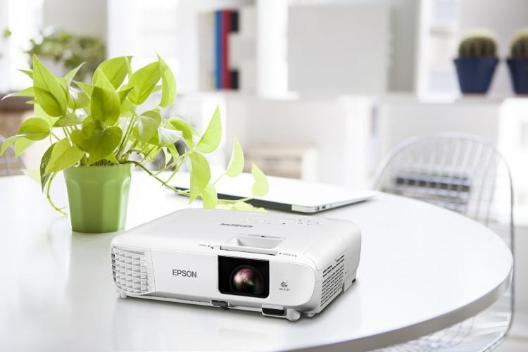 I recenti videoproiettori Epson entry-level permettono il distanziamento sociale