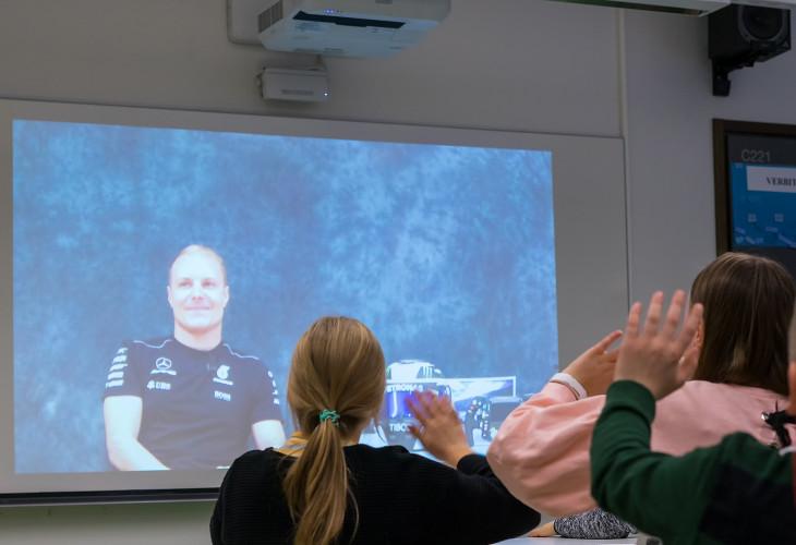 Interaktiivinen projektori yhdistää ihmiset ja tilanteet
